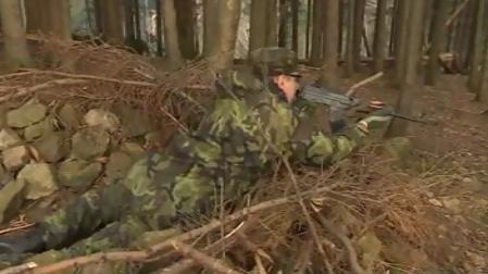 Cvičení vojáků v záloze -  bojují s \