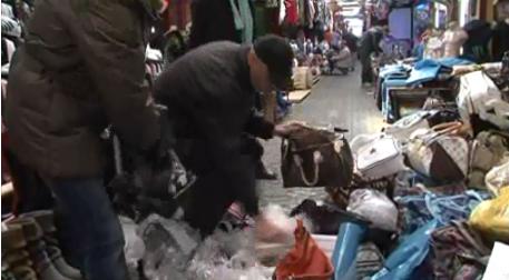 Inspektoři ČOI zabavují padělky z vietnamské tržnice v Hatích