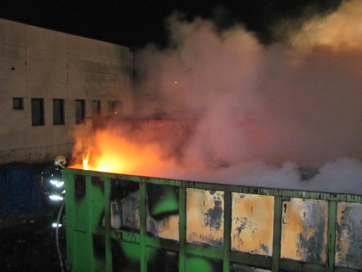 Požár plastových odpadů ve Valašském Meziříčí