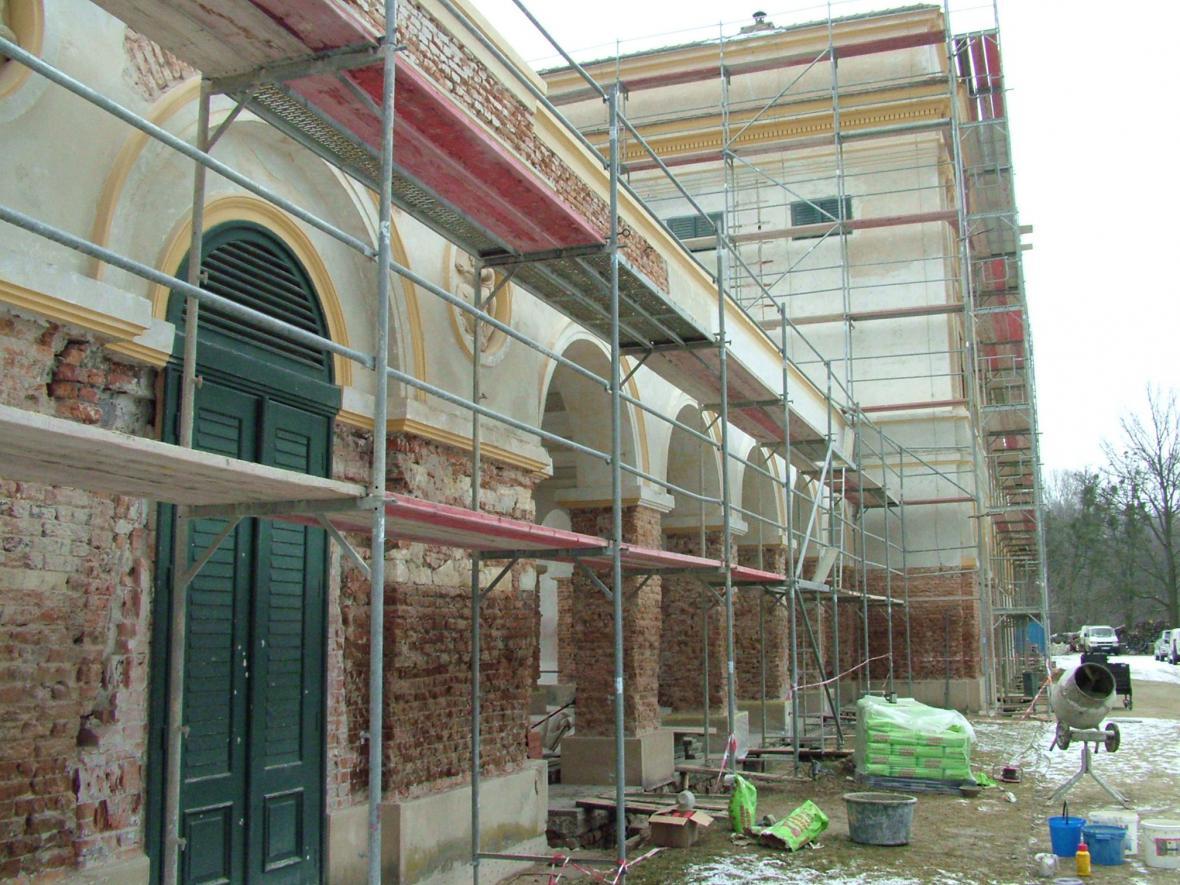 Zedníci museli starou fasádu odstranit
