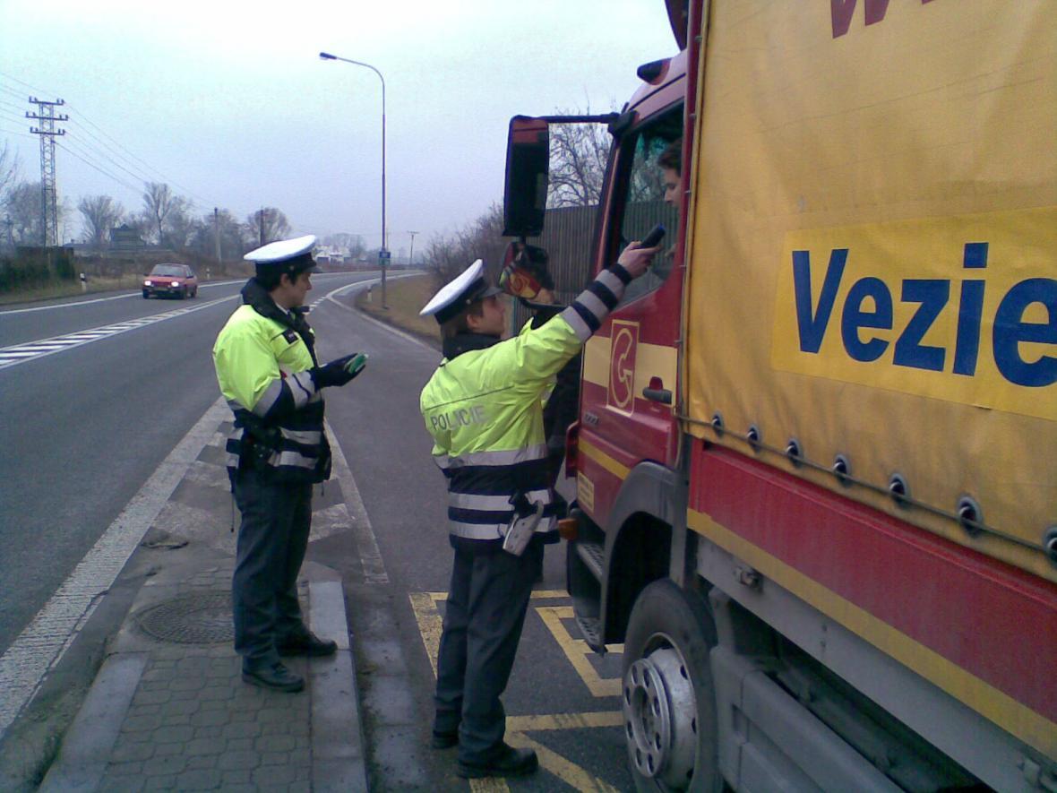 Policisté na Zlínsku kontrolují řidiče kamionů
