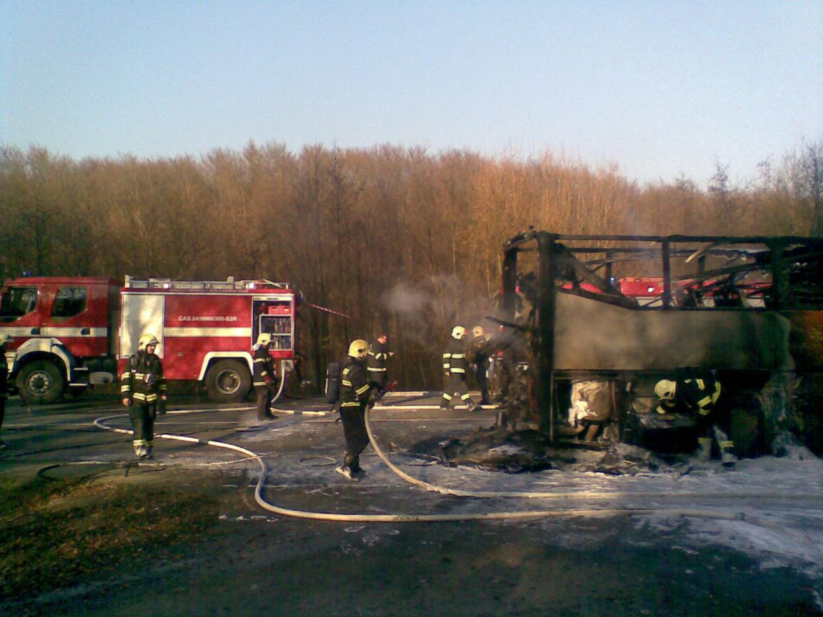V Buchlovských kopcích lehl popelem autobus