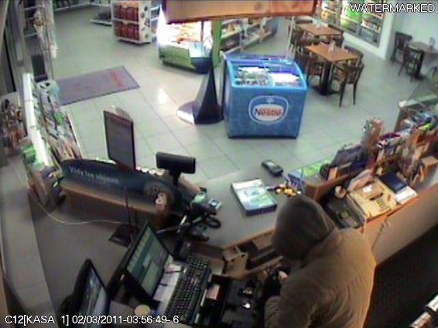 Maskovaný muž s nožem v ruce přepadl benzinku v Uherském Hradišti