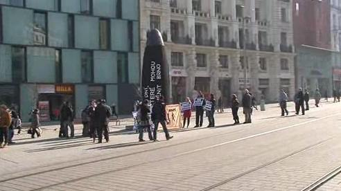Organizátoři happeningu umístili transparent na orloj