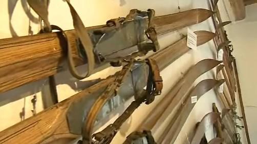 Výstava sto let starých lyží a dalších lyžařských pomůcek v eVelkých Karlovicích