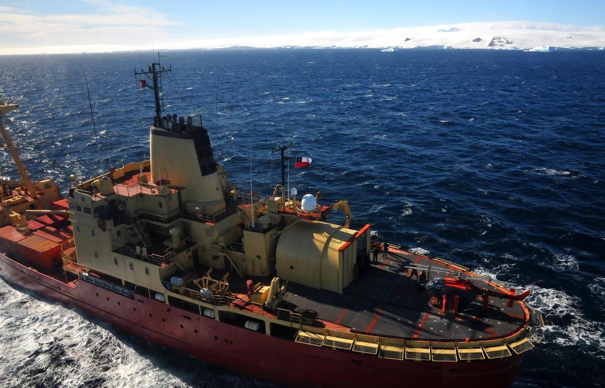 Přistání posledního vrtulníku se členy naší expediční posádky na palubu ledoborce operujícího v průlivu Antarctic Sound