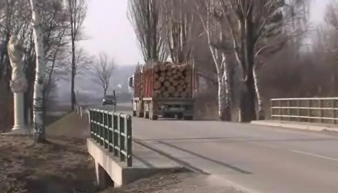 Kamion míří do šatovského meziskladu