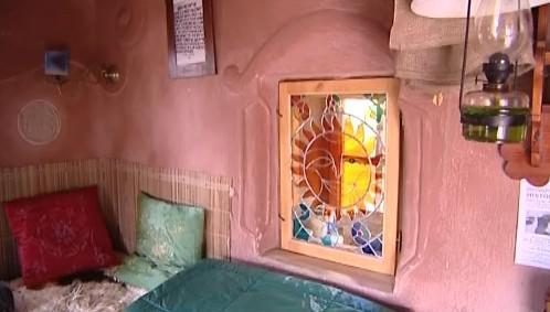 Jedno je čtyř oken je vitrážové