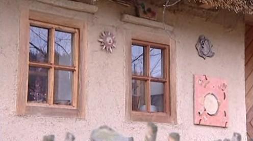 Na hliněném domku Romana Muroně jsou keramické ozdoby