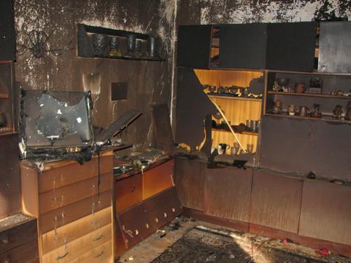 Místnosti jsou po požáru domu v Oslavanech-Padochově zničené