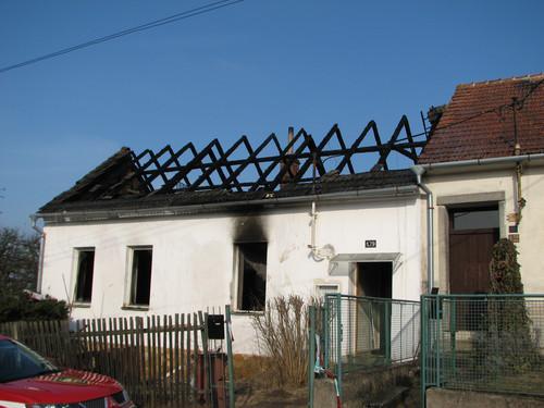 Dům v Oslavanech-Padochově, který v noci vyhořel