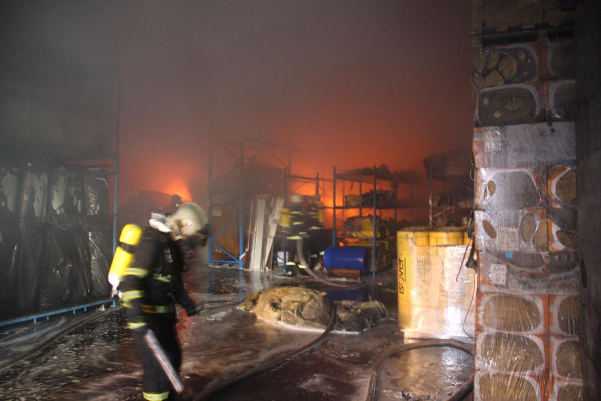 Do haly, ve které v pátek hořelo, se hasiči kvůli dalšímu požáru vrátili