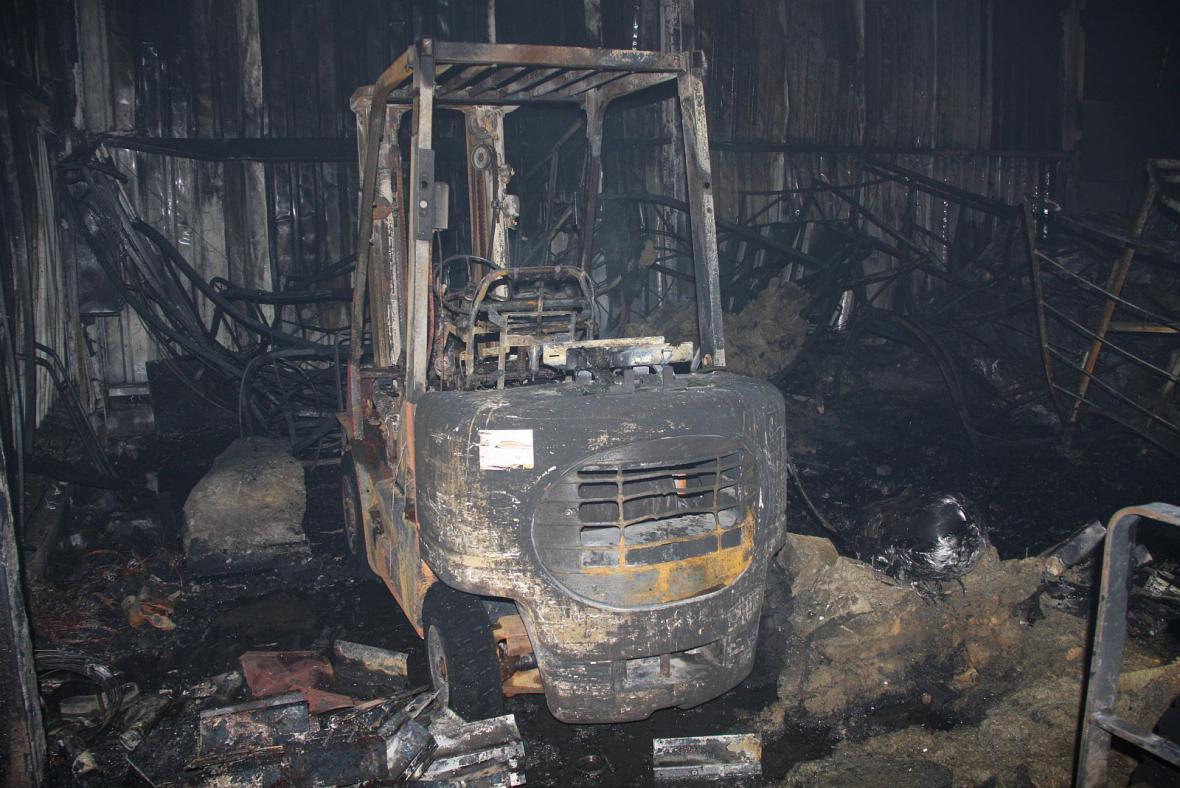 Skladované věci uvnitř haly jsou po požáru zcela zničené