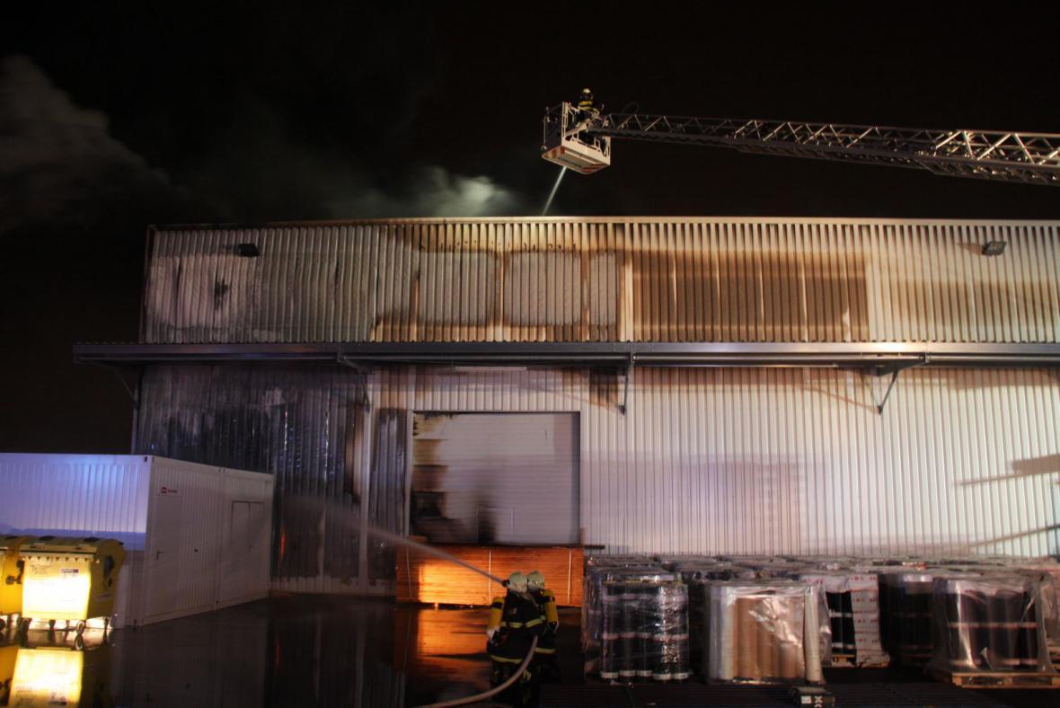 Požar skladovací haly se stavebními materiály ve Zlíně