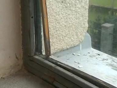 Špatný stav oken ve sportovní hale Hluk