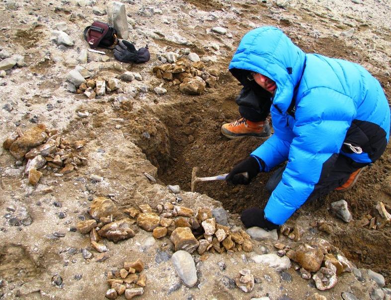 Paleontolog při práci v terénu při odkrývání profilu