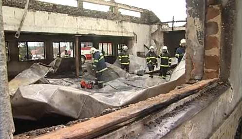 Zřícený strop museli hasiči odstranit za pomoci těžké techniky
