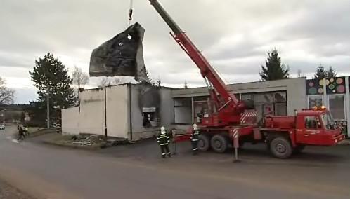 Hasiči za pomoci těžké techniky odstraňovali zřícený strop