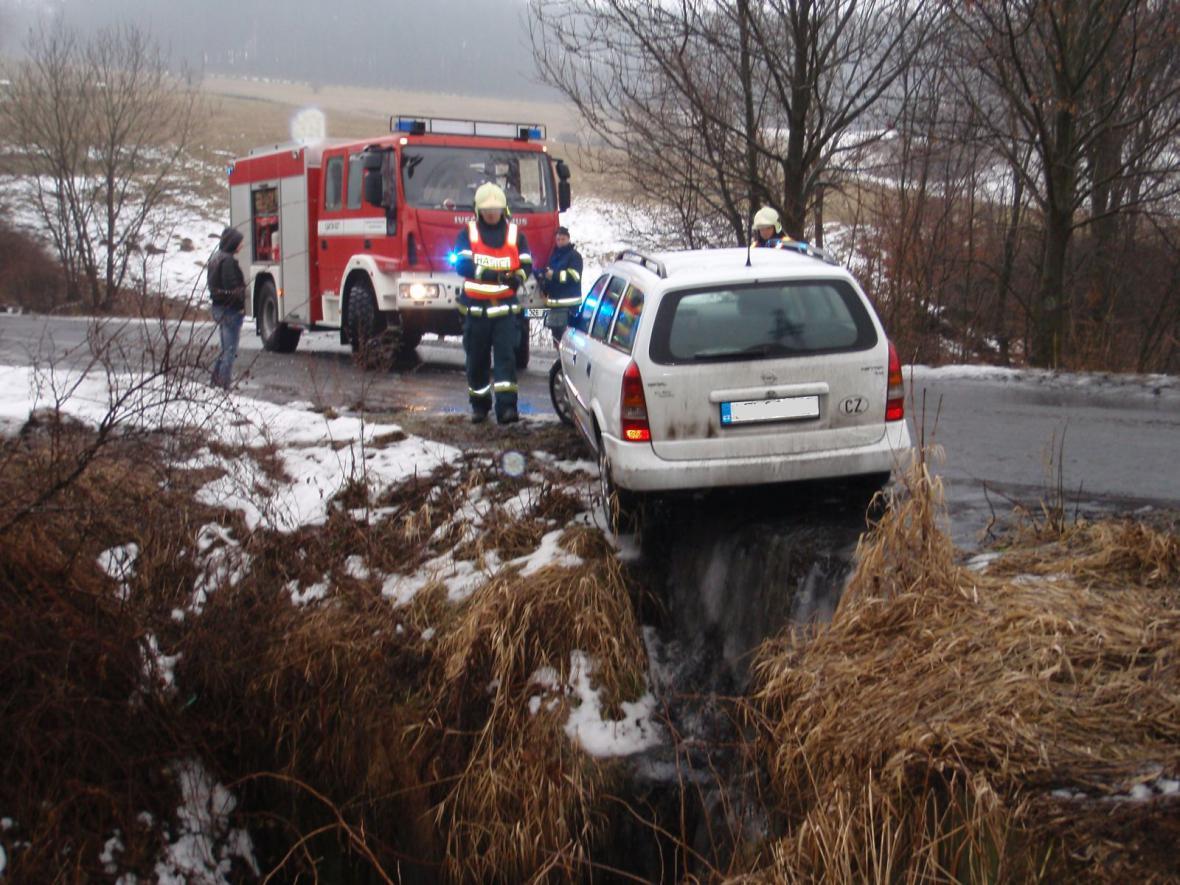 Auto uvízlo nad vodotečí