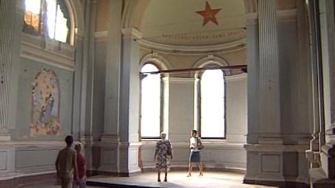 Kaple vyzdobená komunistickou pěticípou hvězdou