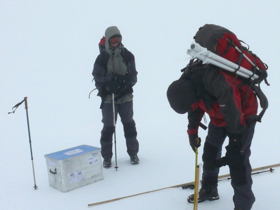 Klimatologové při zjišťování bilance hmoty ledovce metodou ablačních tyčí