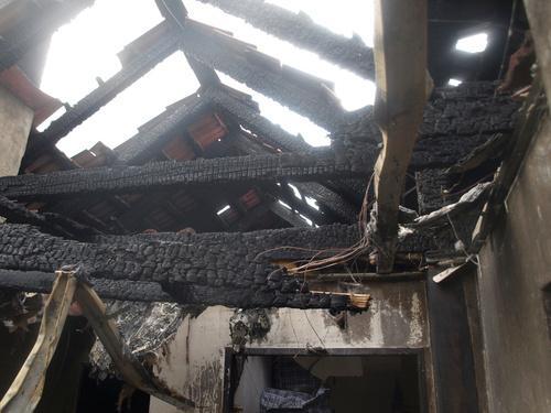 Střecha domu v Novosedlech po likvidaci požáru