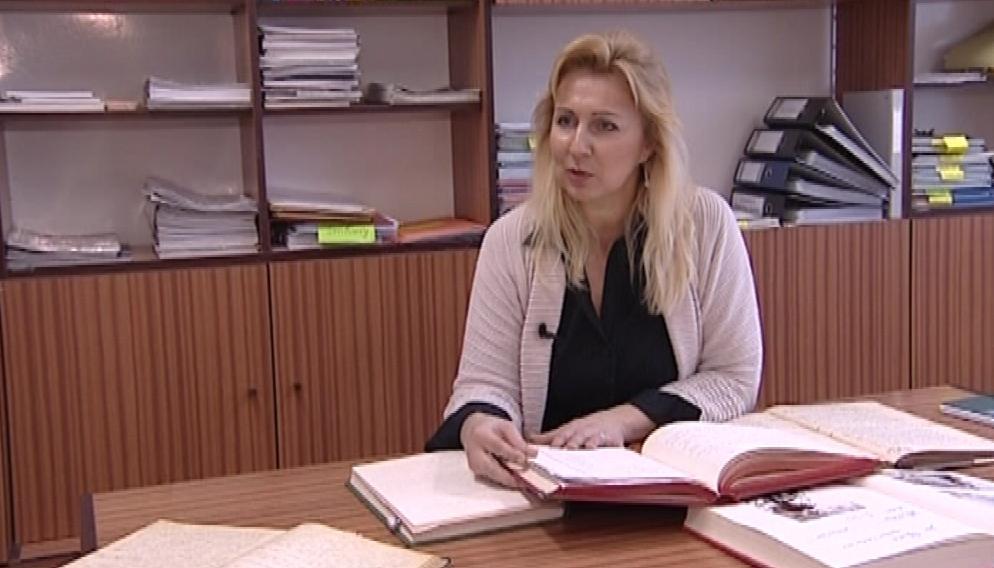 Starostka Sudic Olga Dočkalová nad kronikou