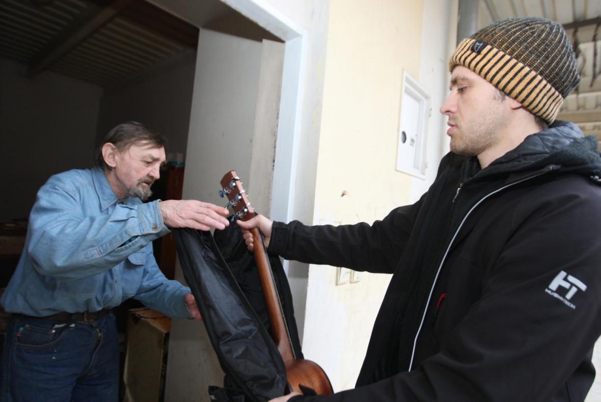 Michael Kocáb slib dodržel a Zdeňku Opálkovi kytaru poslal