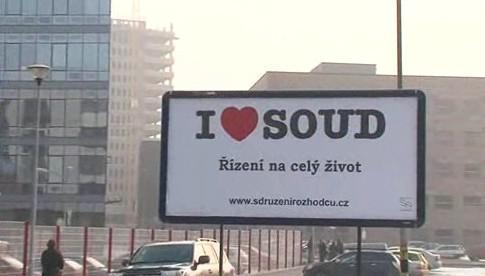 Billboard před Justičním palácem v Brně