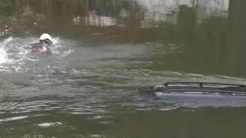 Z řeky byla vidět jen střecha auta