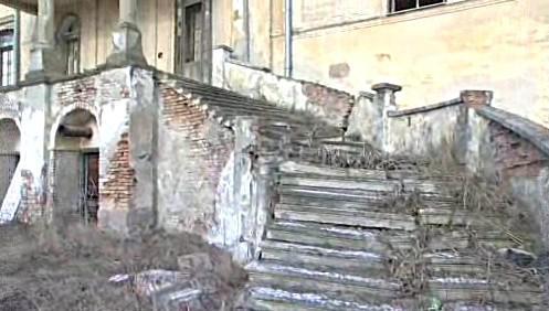 Rozpadající se schodiště zámku