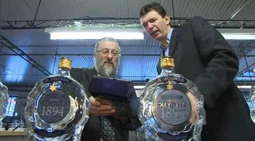 Na stáčení slivovice dohlíží rabín Abraham Schwarz