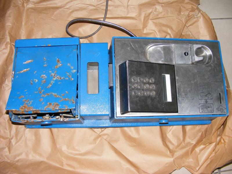 Lupiči zničili telefonní automat