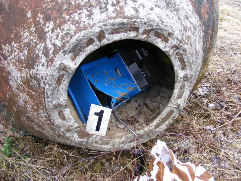 Zloději se zbavili vykradeného telefonního automatu