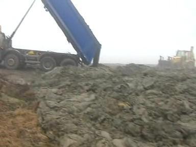 Bahno z Luhačovické přehrady končí na polích v Horní Lhotě