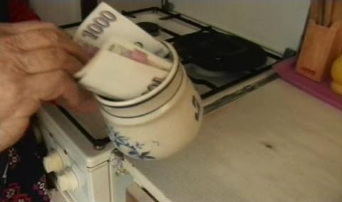 Starší lidé schovávají peníze i v hrnečcích