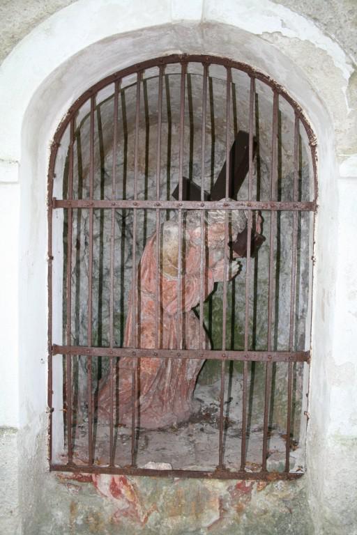 Jedna z kapliček na Svatém kopečku se sochou Ježíše