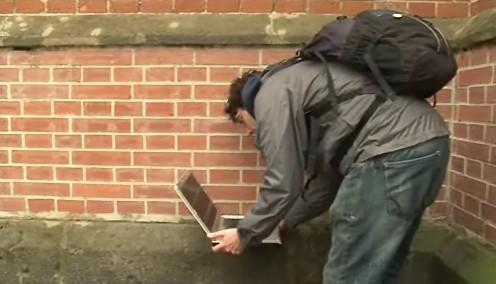 Student se napojuje na USB disk ve zdi Červeného kostela