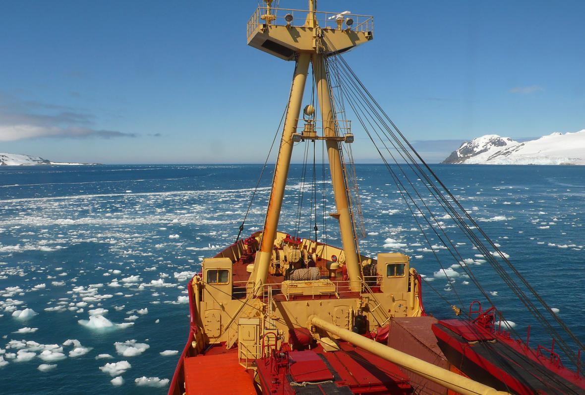 Pohled z paluby chilského ledoborce Almirante Viel na průliv Bransfield Strait, který odděluje souostroví Jižní Shetland
