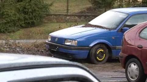 Ve Znojmě už rok stojí vrak auta s botičkou