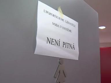 Nápisy upozorňují studenty a pracovníky na problém s vodou