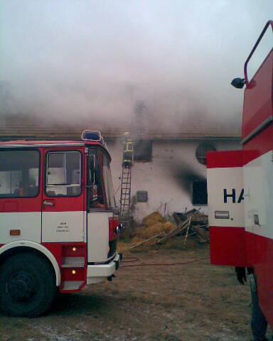 V Jiřicích u Miroslavi hoří na půdě bývalého kravína
