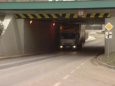 Pod sníženým mostem kamiony neprojedou