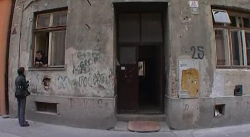 Vchod prvního brněnského domu, který udržuje domovník