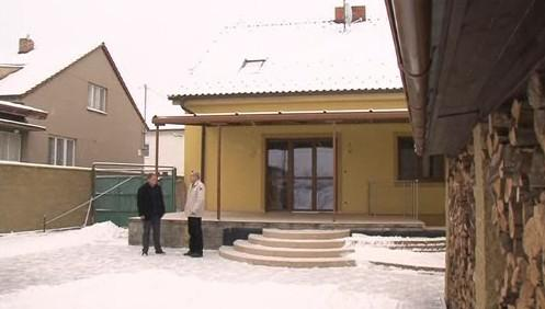 Podvedený zákazník před terasou svého domu