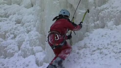 Horolezec na ledové stěně