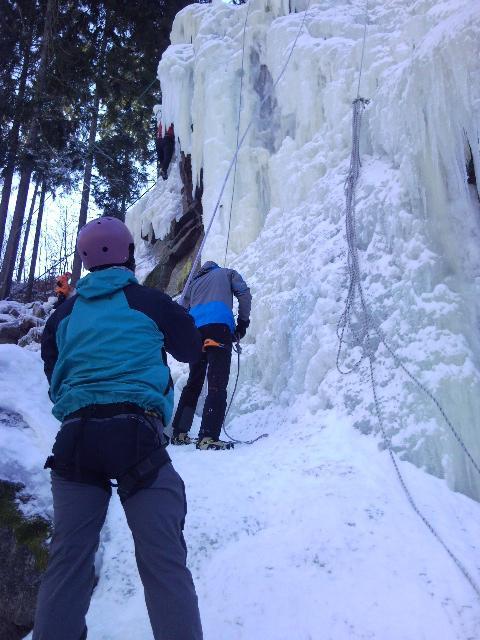 Horolezci pod ledovou stěnou ve Víru