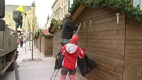 Sklízení vánočních stánků na náměstí Svobody v Brně