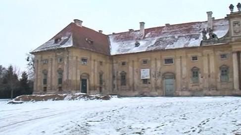 Zdevastované jízdárny lednického zámku