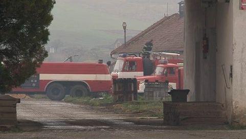 Požár seníku likvidovalo 11 jednotek hasičů
